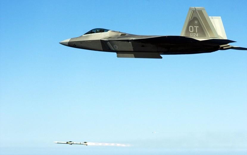F-22A_raptor_lanza_un_aim-120d_amraam