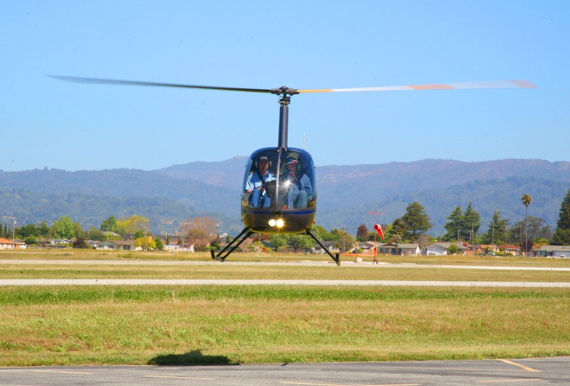 Robinson_R22_Helicopter_hovering