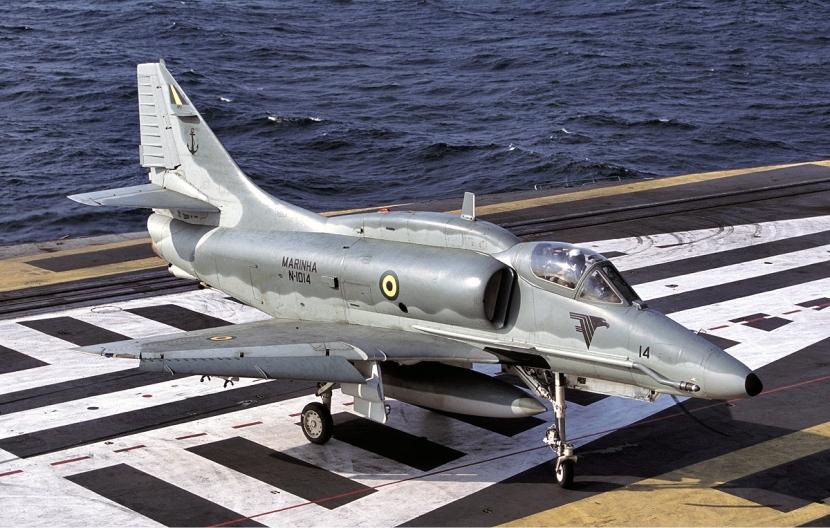 Brazilian_Navy_McDonnell_Douglas_AF-1_Skyhawk_(A-4KU)_Schleiffert-1