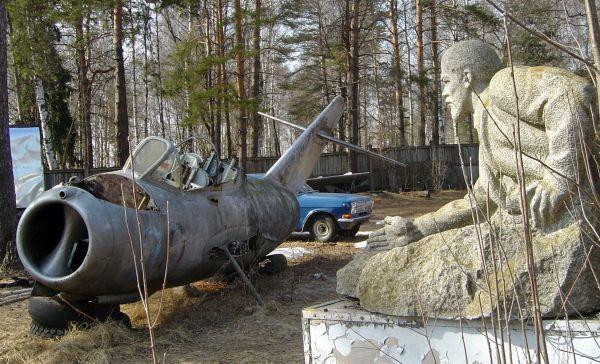abandoned-mig-15-lenin-statue