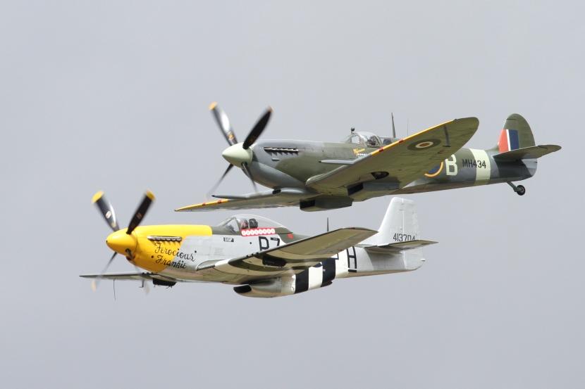 Supermarine_Spitfire_MkIIa_&_North_American_P-51_Mustang_13_(5969192356)