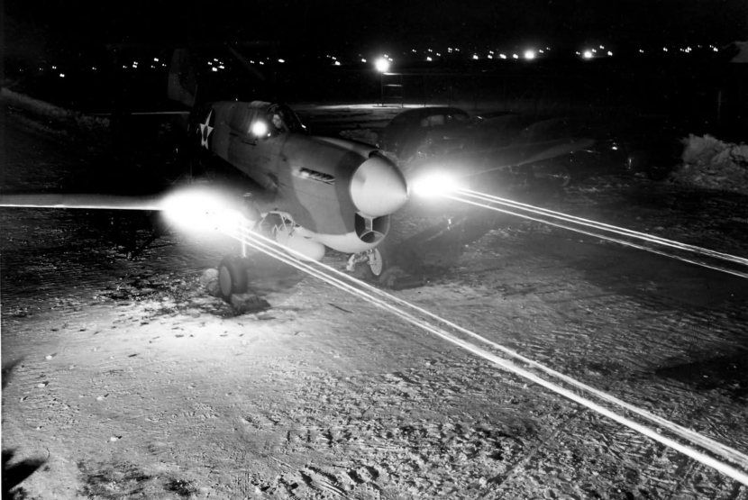 Curtiss_P-40E_Warhawk_machine_gun_test_at_night