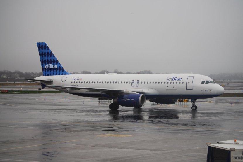 Jet_Blue_A320_in_the_rain_(4342582023)_(3).jpg