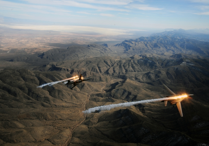 USAF_B-1_Lancers_deploying_countermeasures.jpg