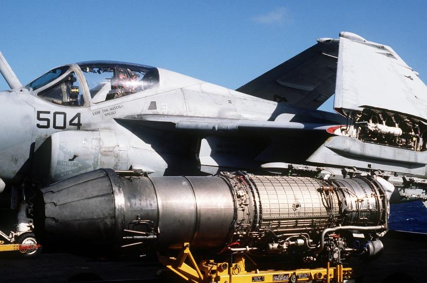F404_turbojet_engine_on_USS_Abraham_Lincoln_(CVN-72)_in_1993.jpg