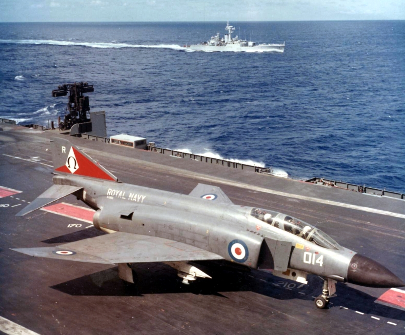 Phantom_FG1_892_Sqn_on_HMS_Ark_Royal_(R09)_1972.jpg