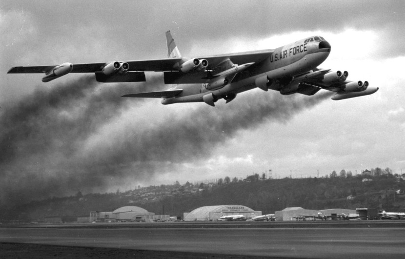 Boeing_B-52F_takeoff_with_AGM-28_Hound_Dog_missiles.jpg