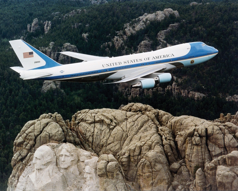 Air_Force_One_over_Mt._Rushmore.jpg