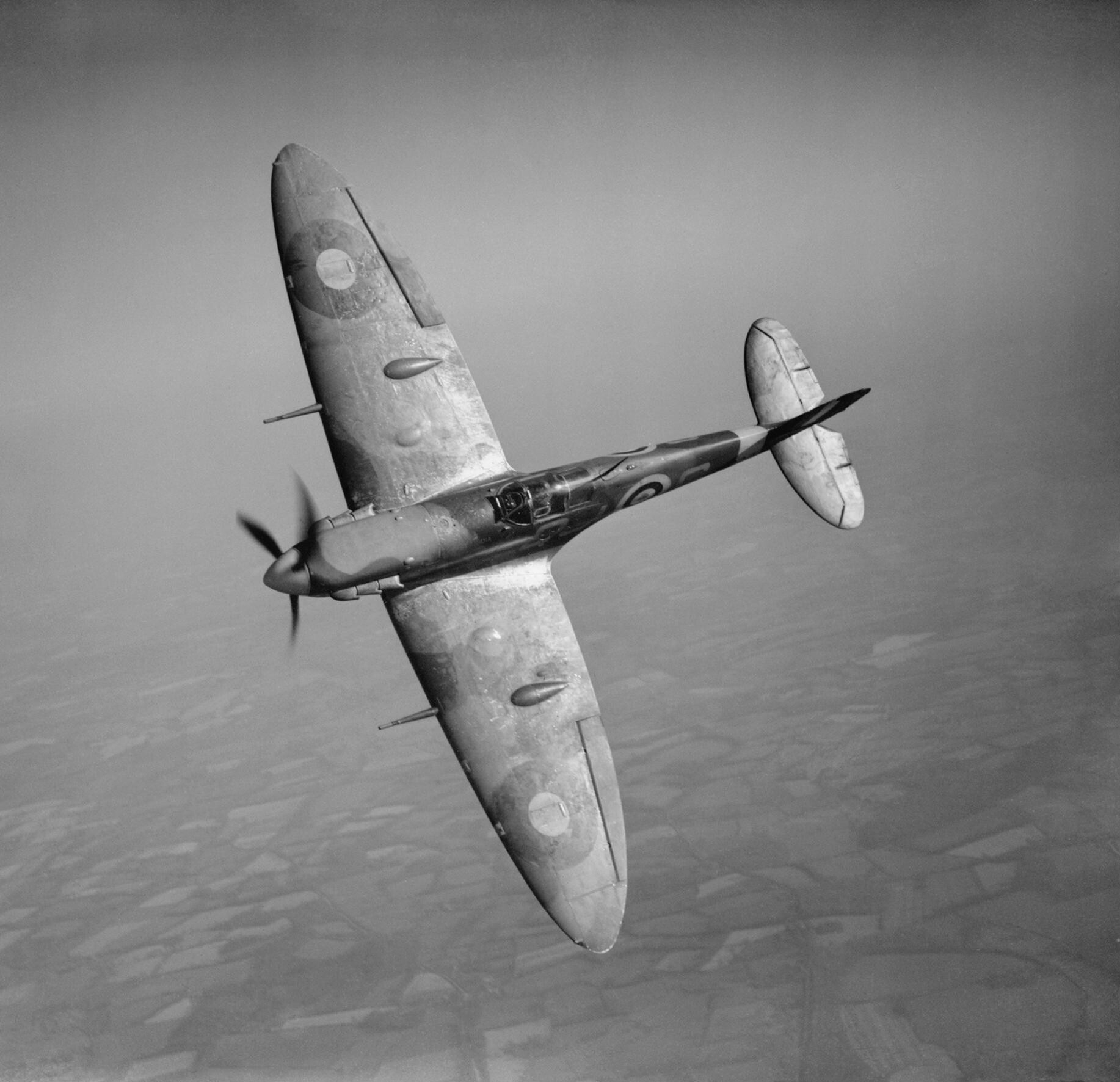 Supermarine_Spitfire_Mk_Vb_of_No._92_Squadron,_19_May_1941._This_aircraft,_serial_R6923,_was_shot_down_by_a_Messerschmitt_Bf_109_on_22_June_1941._CH2929.jpg