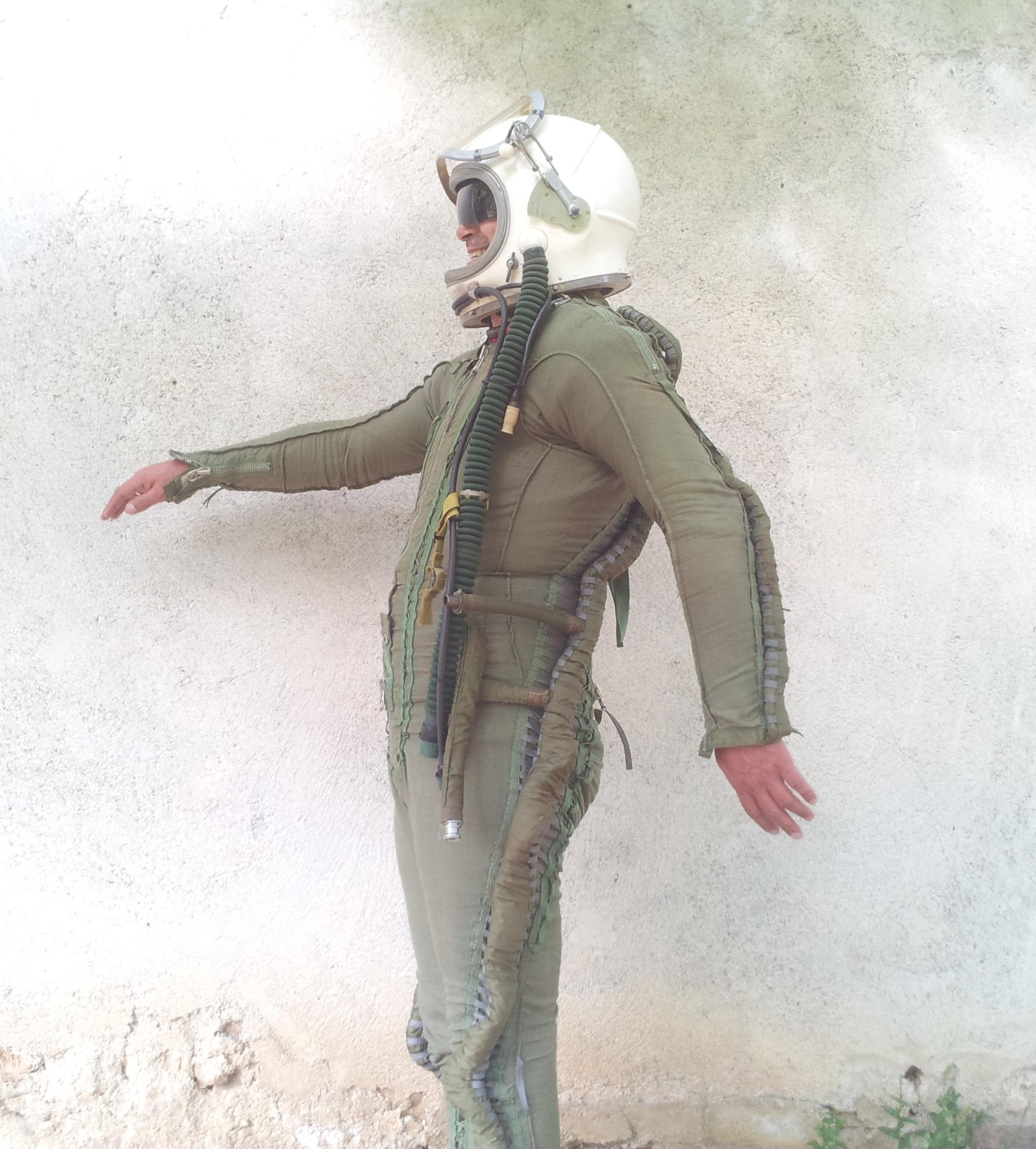 Flight pilot Helmet Pressure suit Cold War MIG 25 2.jpg