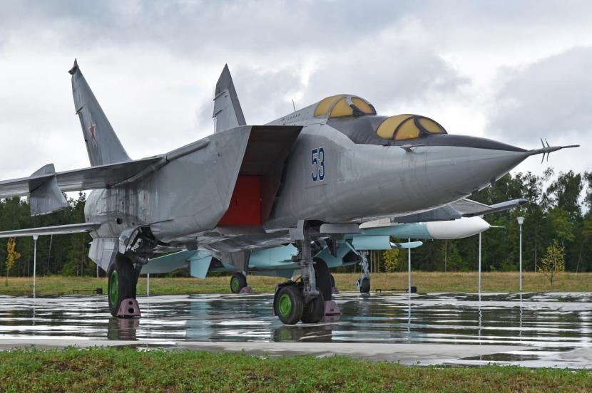 Mikoyan-Gurevich_MiG-25PU__53_blue__(38094148876)