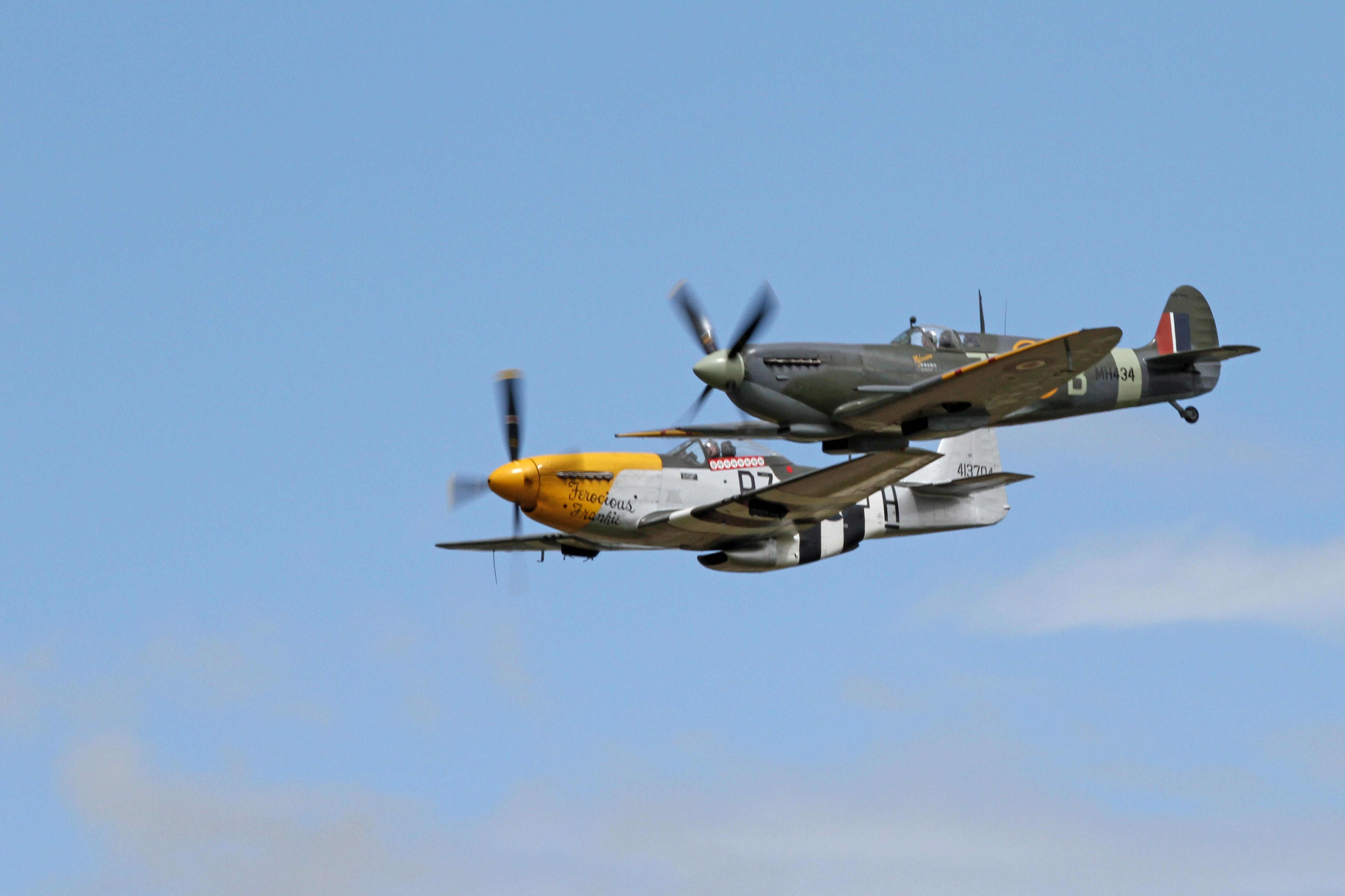 Supermarine_Spitfire_MkIIa_&_North_American_P-51_Mustang_05_(5968988206).jpg