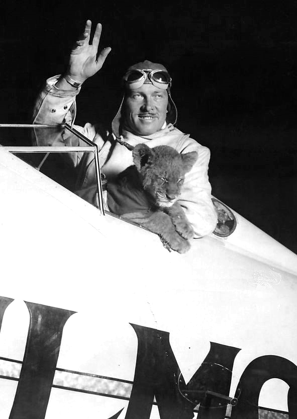 Colonel_Roscoe_Turner_and_Gilmore_1930