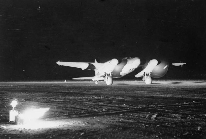 De_Havilland_Mosquitoat_night_takeoff.jpg