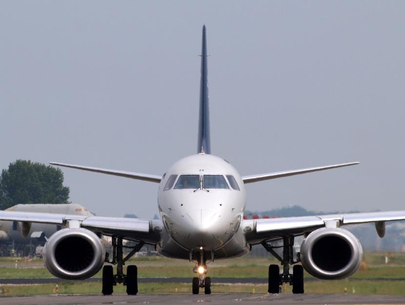 PH-EZX_KLM_Cityhopper_Embraer_ERJ-190STD_(ERJ-190-100)_-_cn_19000545_taxiing_front_view_13july2013_pic1-2.jpg