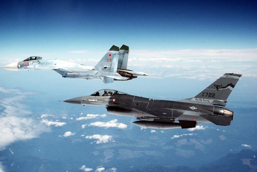 A_Su-27_escorted_by_an_F-16 (1).jpg