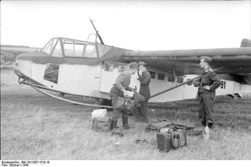 Bundesarchiv_Bild_101I-567-1519-18,_Italien,_Lastensegler_DFS_230_auf_Flugplatz.jpg