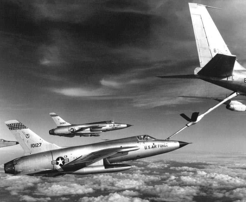 F-105_Thunderchiefs_refuel.jpg