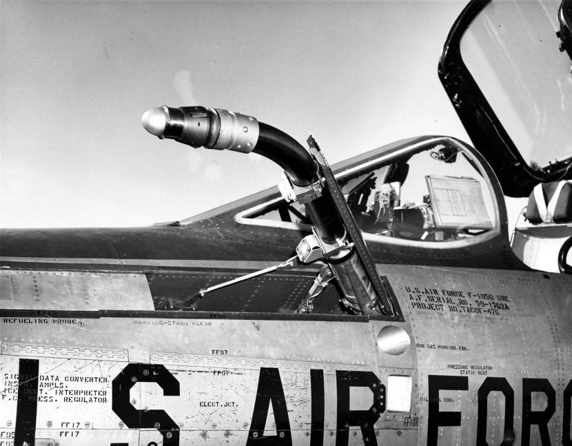 Republic_F-105D-6-RE_(SN_58-1762)_refueling_probe_detail_060901-F-1234S-006.jpg