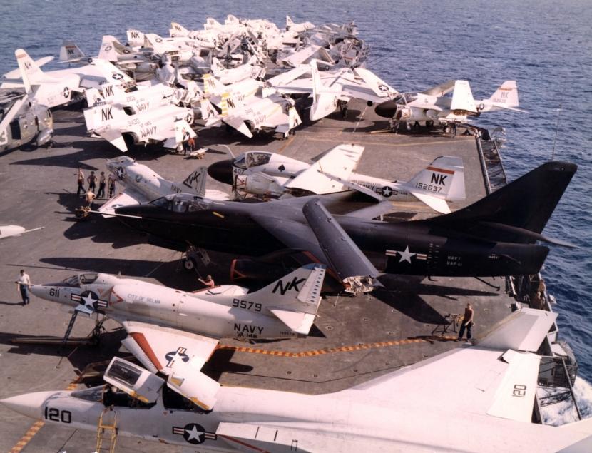 USS_Constellation_(CVA-64)_flight_deck_1967