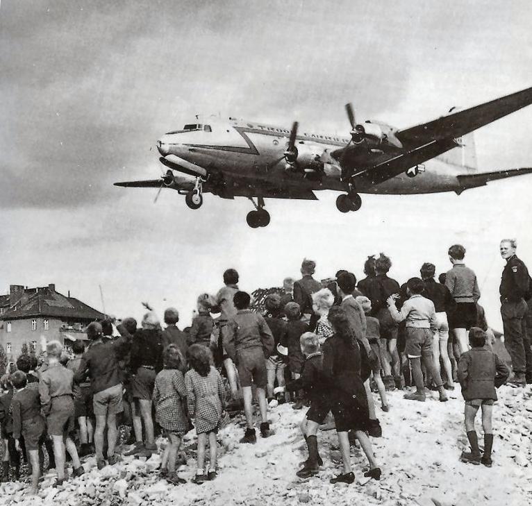 C-54landingattemplehof (1).jpg