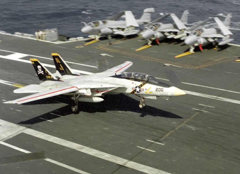 F-14A_of_VF-84_landing_on_USS_Abraham_Lincoln_(CVN-72)_1990