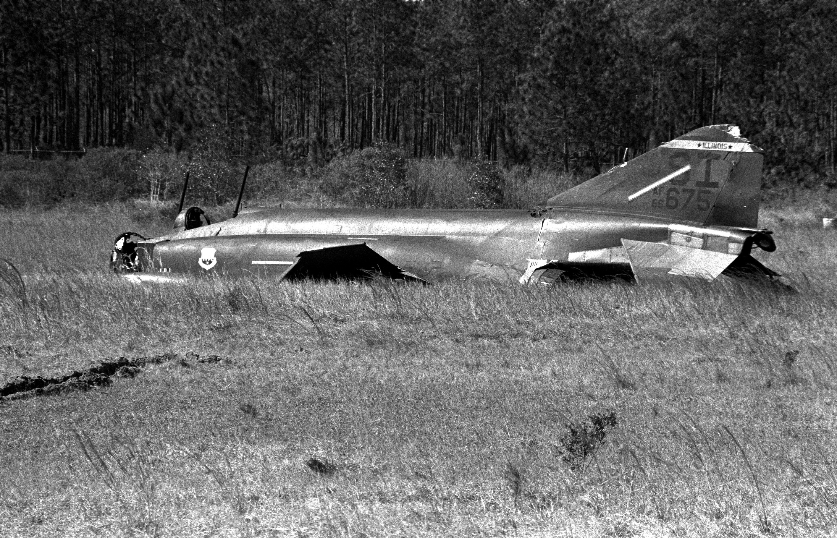 Crashed_Illinois_ANG_F-4D_at_Gulfport_MS_1986.jpeg