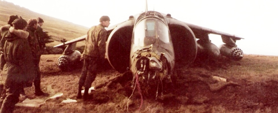 San-Carlos-FOB-Falkland-Islands-Harrier-GR3-Crash-Landing-02.jpg