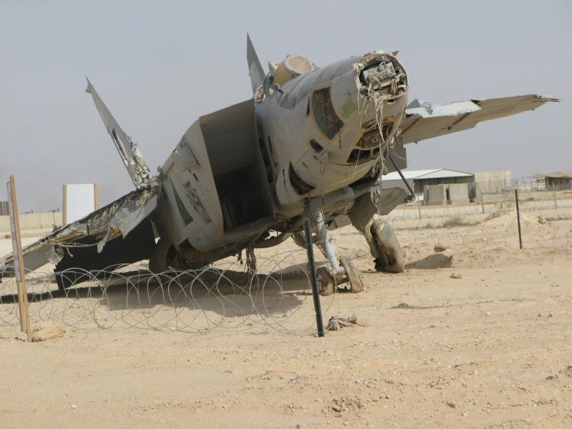 Wrecked_MiG-25_Al_Asad.jpg
